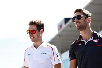 Stoffel Vandoorne, McLaren, avec Romain Grosjean, Haas F1 Team
