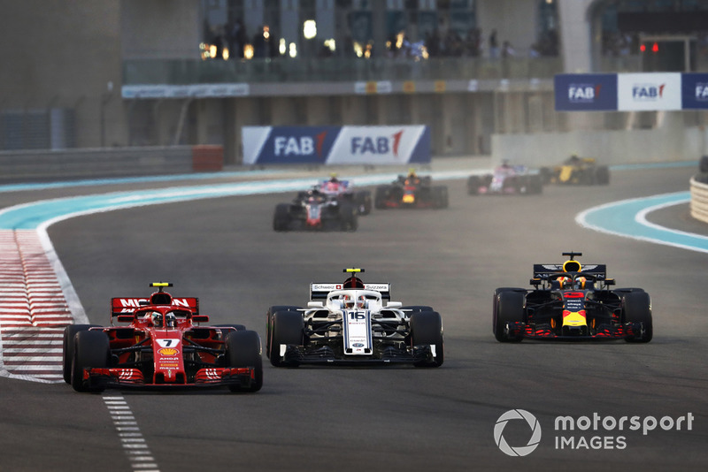 Kimi Raikkonen, Ferrari SF71H, Charles Leclerc, Sauber C37, Daniel Ricciardo, Red Bull Racing RB14, al inicio