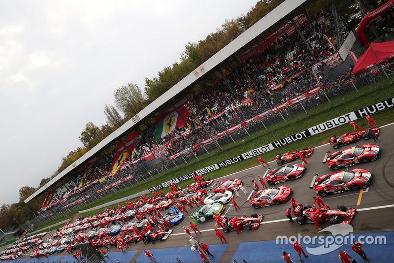 Автомобили Ferrari на стартовой решетке