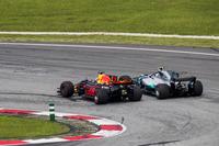 Daniel Ricciardo, Red Bull Racing RB13, passeert Valtteri Bottas, Mercedes AMG F1 W08