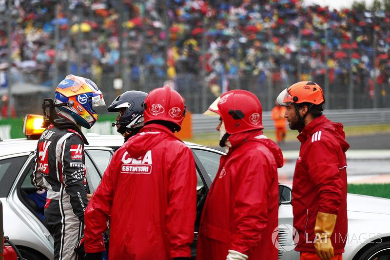 Romain Grosjean, Haas F1 Team VF-17, the medical team after his crash