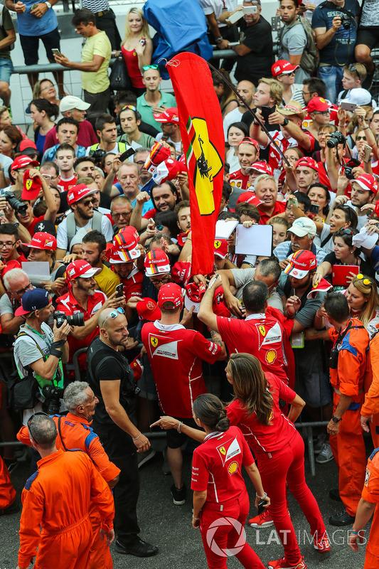 Kimi Raikkonen, Ferrari signs autographs for the fans on the pitlane walkabout