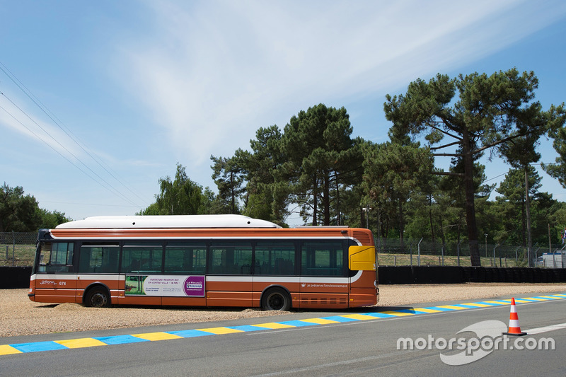 Un autobús de transporte público atrapado en la trampa de grava en la curva Mulsanne