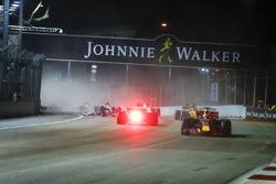 Даніель Ріккардо, Red Bull Racing RB13, випереджає Себастьяна Феттеля, Ferrari SF70H, після аварії
