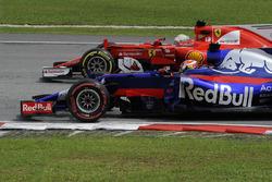Пьер Гасли, Scuderia Toro Rosso STR12, и Себастьян Феттель, Ferrari SF70H