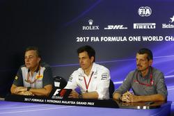 De FIA-persconferentie: Mario Isola, Racing Manager, Pirelli Motorsport, Toto Wolff, Executive Director Mercedes AMG F1, Guenther Steiner, Teambaas, Haas F1 Team