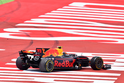 Max Verstappen, Red Bull Racing RB13, damage on lap one
