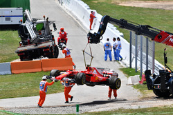 Эвакуация поврежденного Ferrari SF70H Кими Райкконена