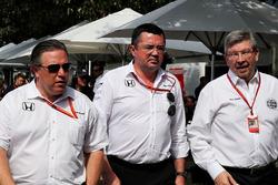 Исполнительный директор McLaren Technology Group Зак Браун, гоночный директор команды Эрик Булье и управляющий директор Motor Sports Росс Браун