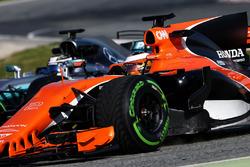 Stoffel Vandoorne, McLaren MCL32; Valtteri Bottas, Mercedes AMG F1 W08