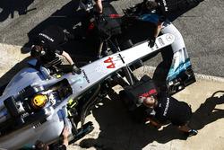 Механіки штовхають Mercedes AMG F1 W08 Льюіса Хемілтона по піт-лейні