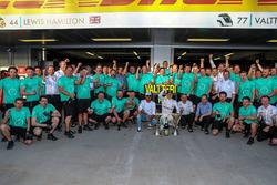 Le vainqueur Valtteri Bottas, Mercedes AMG F1, Lewis Hamilton, Mercedes AMG F1 et l'équipe