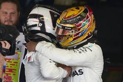 Гонщик Mercedes AMG F1 Льюис Хэмилтон поздравляет с победой своего напарника Валттери Боттаса
