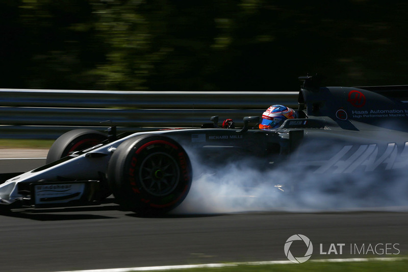 Romain Grosjean, Haas F1 Team VF-17, bloque une roue