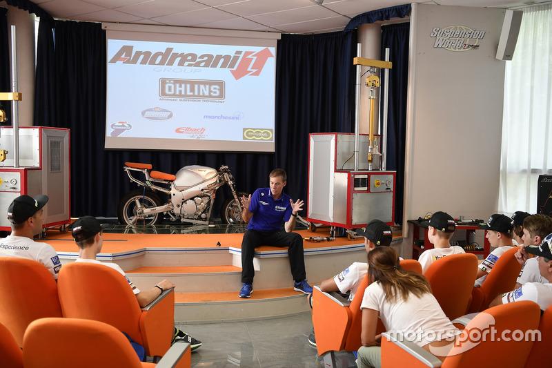 Керуючий директор Yamaha Motor Racing Лін Джарвіс, учасники четвертого Yamaha VR46 Master Camp в офі