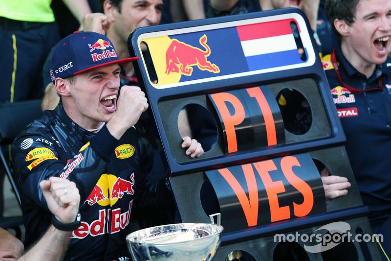 Max Verstappen viert feest met zijn team