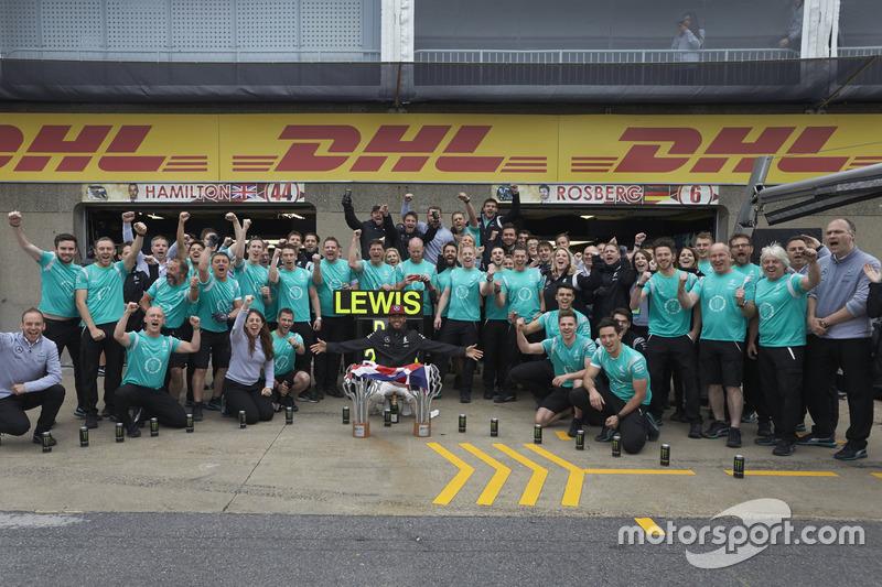 Переможець гонки Льюїс Хемілтон, Mercedes AMG F1 святкує разом з командою