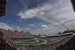 Aviones de la Fuerza Aérea Mexicana cruzan el circuito