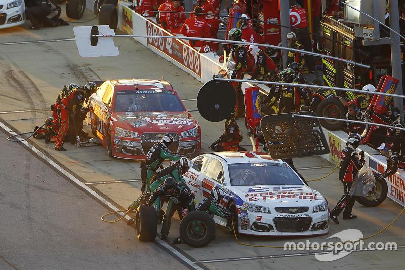 Clint Bowyer, HScott Motorsports Chevrolet, Austin Dillon, Richard Childress Racing Chevrolet, pit a