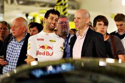 Даниэль Риккардо, Red Bull Racing  и Эдриан Ньюи, технический директор Red Bull Racing на презентации AMRB 001