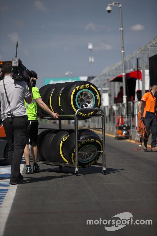 Pirelli-banden worden door de pitstraat geduwd