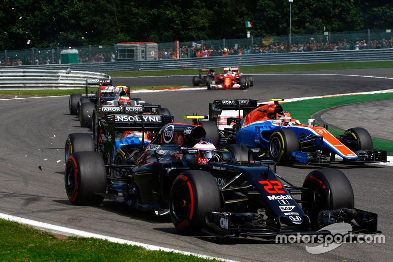 Jenson Button, McLaren MP4-31 viene colpito da Pascal Wehrlein, Manor Racing MRT05 alla partenza della gara