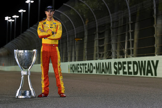 Joey Logano, Team Penske, Ford Fusion Shell Pennzoil, con il suo trofeo del campionato