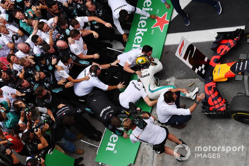 Lewis Hamilton, Mercedes AMG F1 fait tomber des barrières en fêtant sa victoire avec son équipe