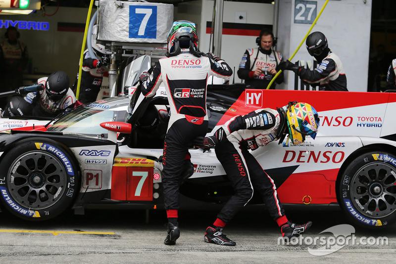 #7 Toyota Gazoo Racing Toyota TS050: Mike Conway, Jose Maria Lopez, pitstop