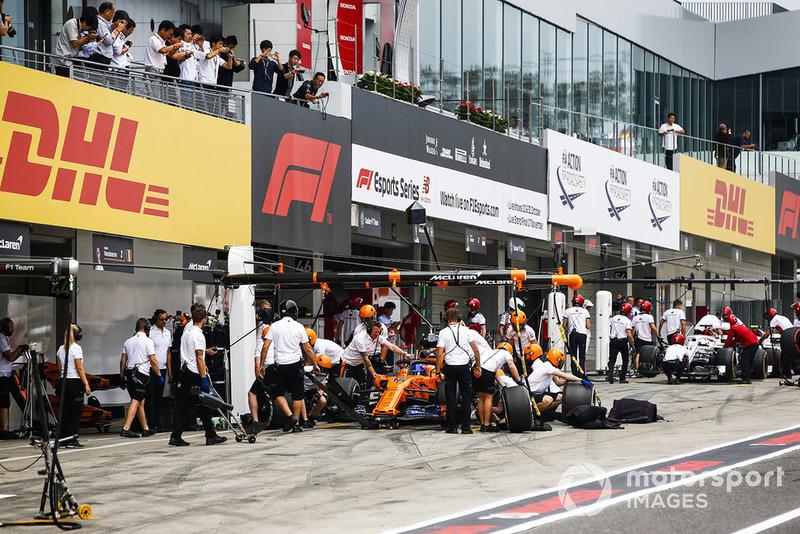 Fernando Alonso, McLaren MCL33, dans les stands