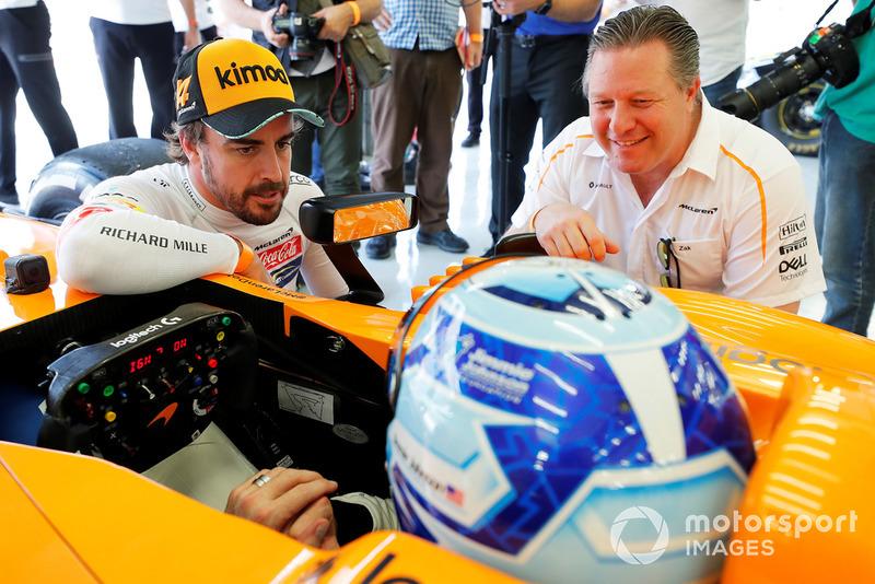 Jimmie Johnson in de McLaren, Fernando Alonso, Zak Brown
