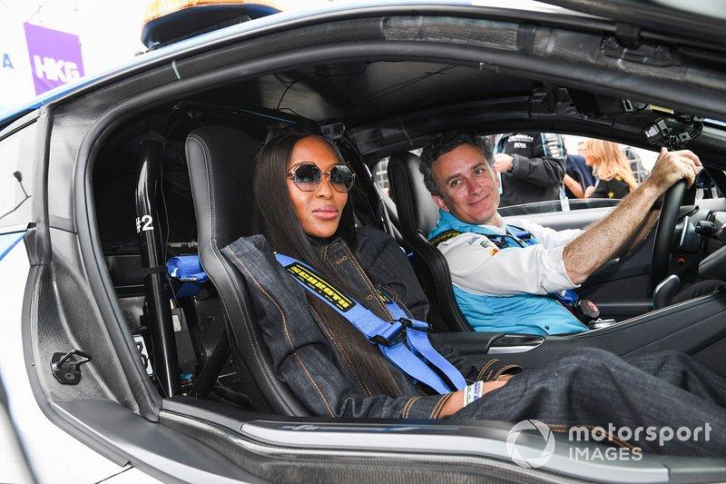 La modella Naomi Campbell per un giro con Alejandro Agag, CEO, Formula E nella BMW i8 Safety car