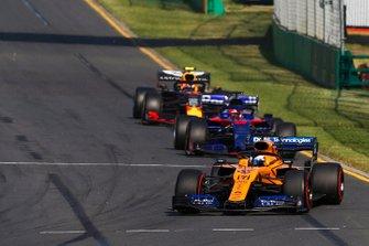 Carlos Sainz Jr., McLaren MCL34, precede Daniil Kvyat, Toro Rosso STR14, e Pierre Gasly, Red Bull Racing RB15