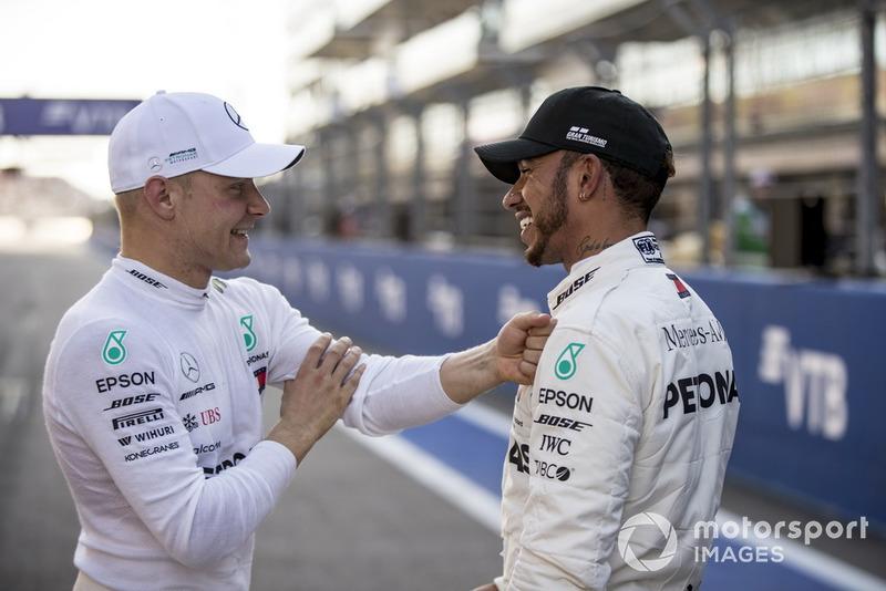 Valtteri Bottas, Mercedes AMG F1, dan Lewis Hamilton, Mercedes AMG F1