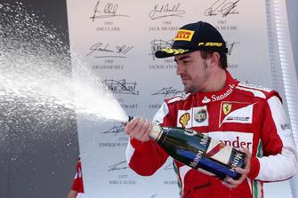 Podium : Fernando Alonso, Ferrari, fête sa victoire au champagne