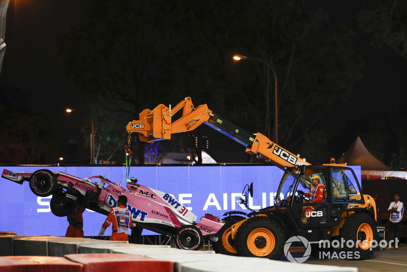 Oficiales de pista remueven el coche dañado deEsteban Ocon, Racing Point Force India VJM11