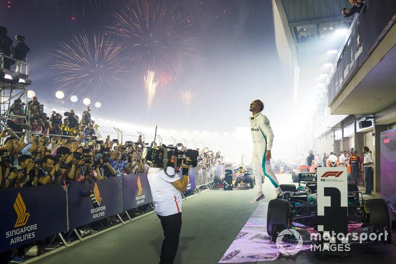 El ganador de la carrera Lewis Hamilton, Mercedes-AMG F1 W09 celebra su victoria en parc ferme