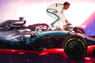 Lewis Hamilton, Mercedes AMG F1 W09 EQ Power+, 1° classificato, festeggia sotto al podio