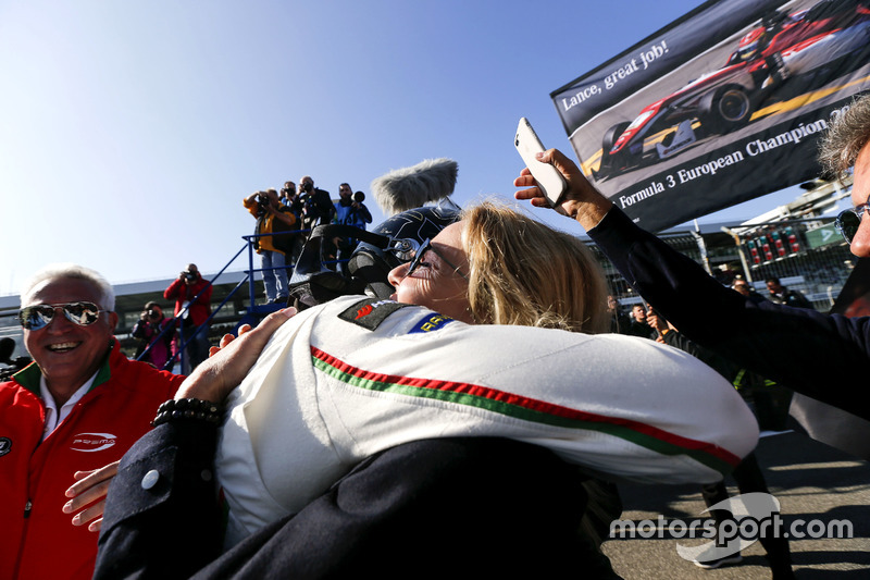 Ganador, Lance Stroll, Prema Powerteam Dallara F312 - Mercedes-Benz con su madre