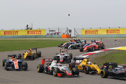 Romain Grosjean, Haas F1 Team VF-16, bij de start van de race, Lewis Hamilton (GBR) Mercedes AMG F1 W07 en Kimi Raikkonen, Ferrari SF16-H met kapotte voorvleugels