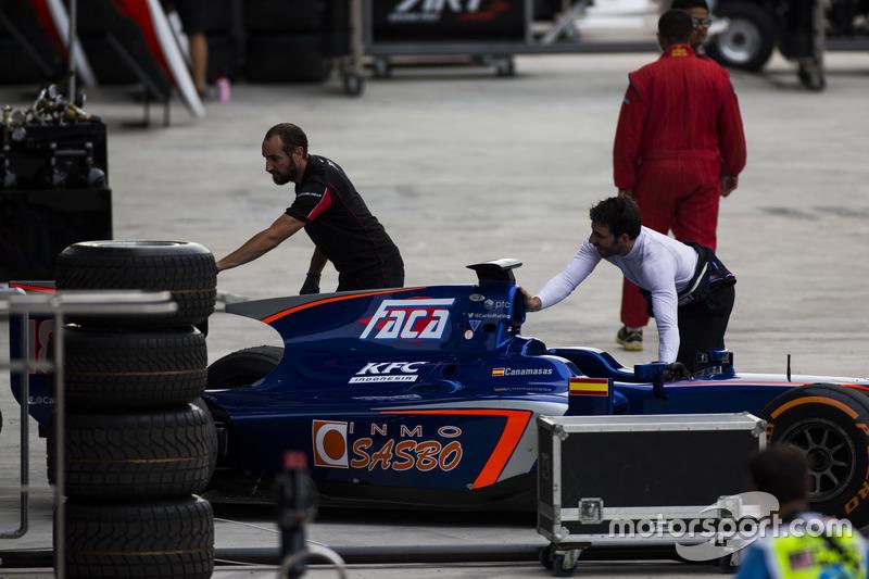 ميكانيكي فريق آرت غران بري للجي بي3 يدفع سيارة سيرجيو كاناماساس، كارلين