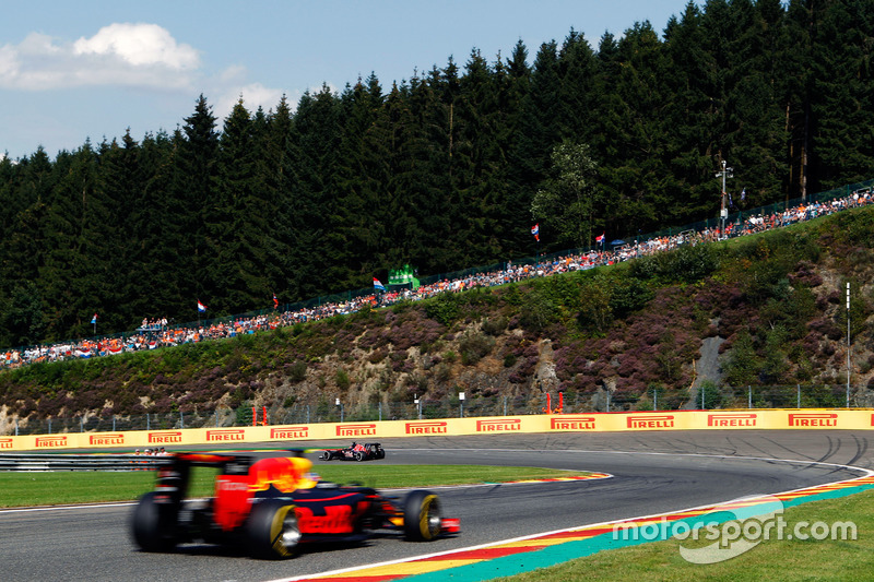 Daniil Kvyat, Scuderia Toro Rosso STR11 ve Daniel Ricciardo, Red Bull Racing RB12