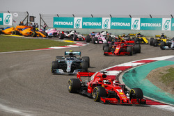 Sebastian Vettel, Ferrari SF71H, Valtteri Bottas, Mercedes AMG F1 W09, Kimi Raikkonen, Ferrari SF71H, Max Verstappen, Red Bull Racing RB14 Tag Heuer, and the rest of the field at the start of the race