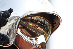Fernando Alonso, McLaren MCL33, reflection in the visor of a fire marshal