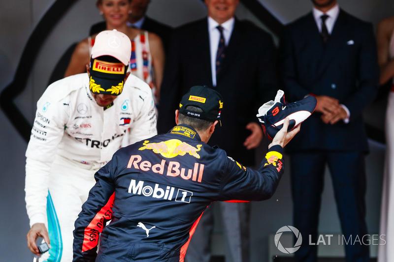 Le vainqueur Daniel Ricciardo, Red Bull Racing, se prépare à son désormais classique Shoey