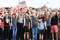Guenther Steiner, Team Principal, Haas F1 Team, Kevin Magnussen, Haas F1 Team, Gene Haas, Proprietario del Team, Haas F1 Team, Romain Grosjean, Haas F1 Team, con i fan