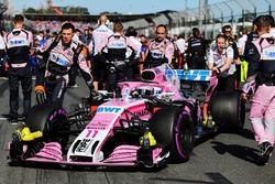 Sergio Perez, Force India VJM11 avec des mécaniciens sur la grille