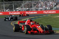 Себастьян Феттель, Ferrari SF71H, и Льюис Хэмилтон, Mercedes AMG F1 W09