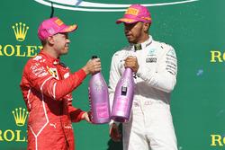 Il vincitore della gara Lewis Hamilton, Mercedes AMG F1, il secondo classificato Sebastian Vettel, Ferrari