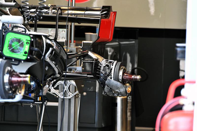 Haas F1 Team VF-18, hátsó kerékagy, részlet